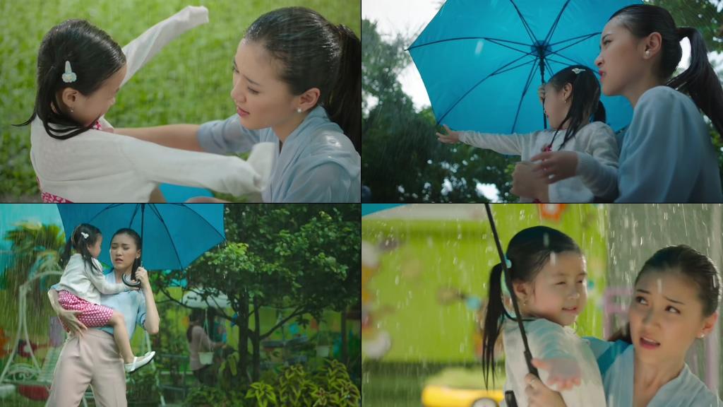 淋雨的母女接女儿放学的妈妈