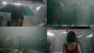 文艺情绪下雨天打伞走在人群中