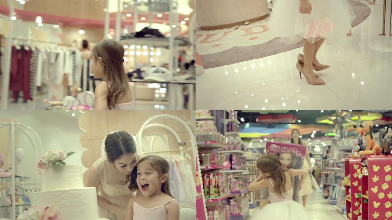 小女孩在超市玩耍