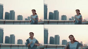 跑步的女孩冲向镜头视频素材