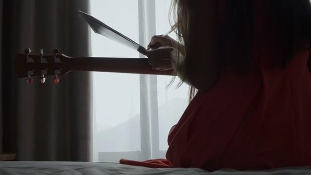 创作歌曲的女孩视频素材