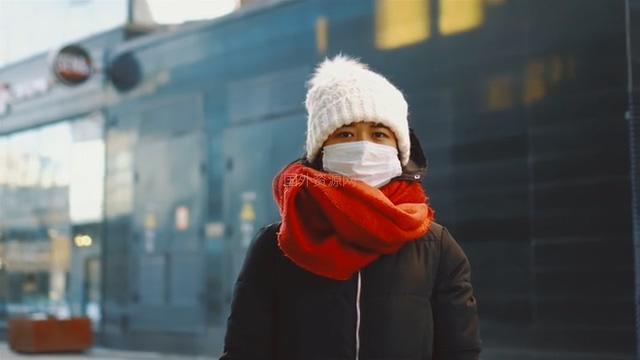 戴口罩红围脖的女孩