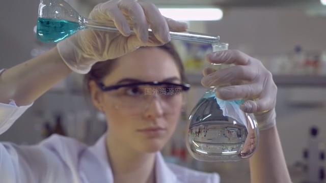 4K美女科学家在混合试剂