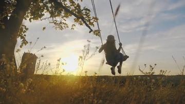 夕阳荡秋千的小女孩视频