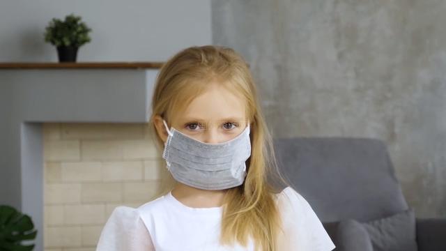 戴口罩的小女孩凝视的眼神