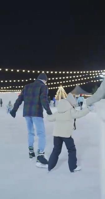 溜冰的一家三口视频素材