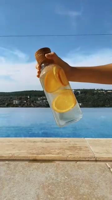 摇晃一瓶柠檬水视频素材
