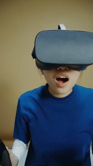 带AR眼镜的女人玩游戏