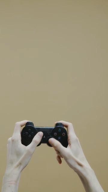 游戏手柄打游戏的手视频素材
