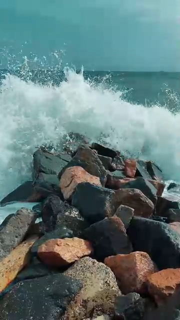 撞击石头的海浪竖屏视频