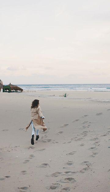 奔向大海的美女背影竖屏