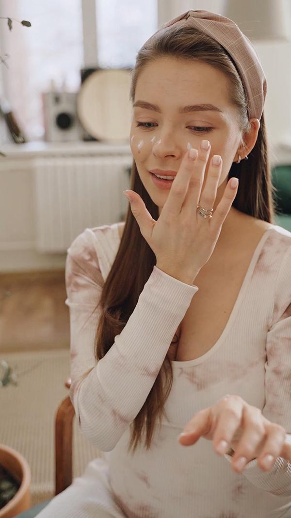 涂护肤霜的美女竖屏视频素材