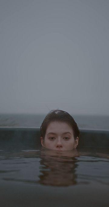 一个眼神忧郁的女人在泡澡