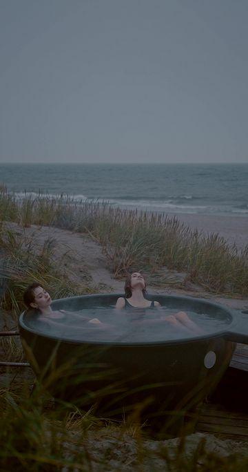 在海边泡温泉的女人竖屏素材