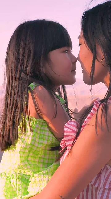 慈爱的母亲和女儿视频素材