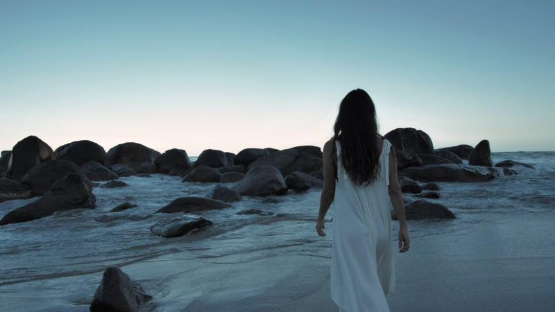 一个穿裙子的女人在海边背景视频素材