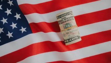 美国国旗上的美金视频素材