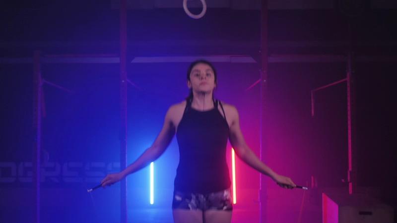 在健身房跳绳的女人视频素材