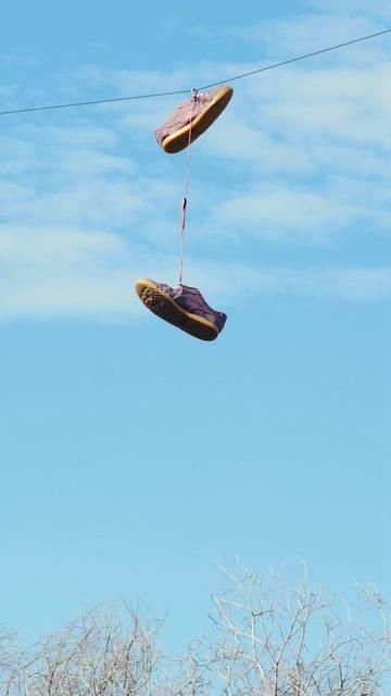 挂在电线上的鞋视频素材