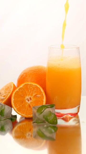 白色背景的橙汁竖屏视频素材