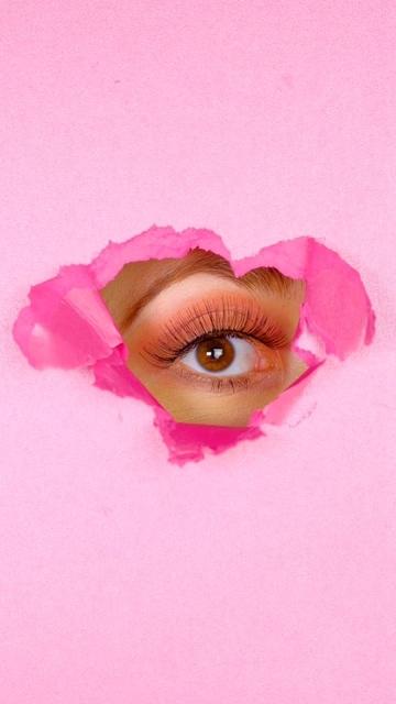 粉红色的屏幕里有只眼睛