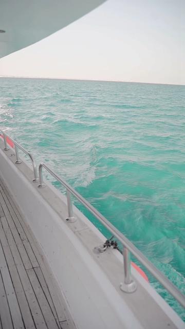 游艇上的一角一望无际的大海