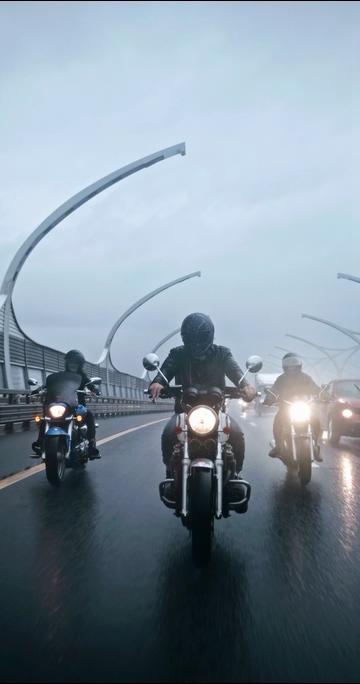 下雨天骑摩托车的车队行驶在路上竖屏视频素材