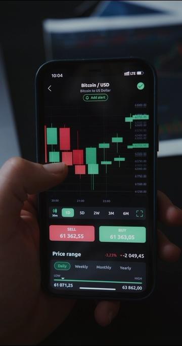 在手机里看比特币行情竖屏视频素材