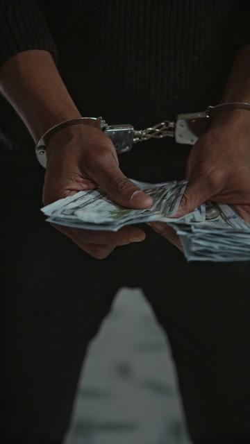 带着手铐数钱竖屏视频素材