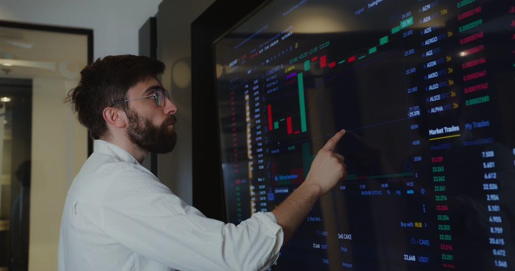 显示屏里的股票趋势图视频素材