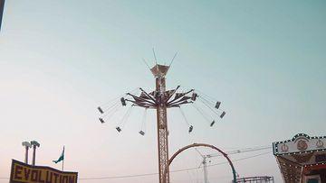 游乐场里的大型旋转秋千视频素材