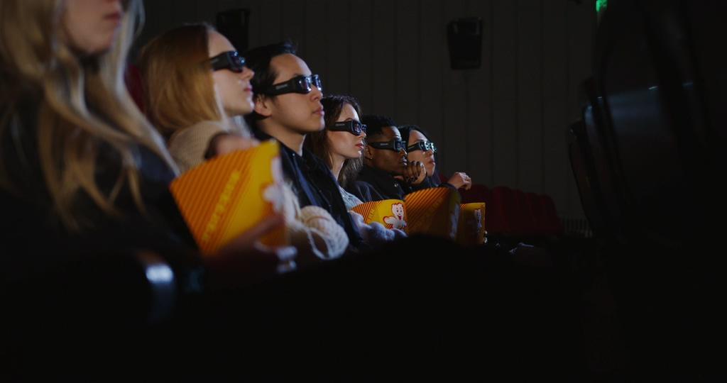 在电影院里看3D电影的人视频素材