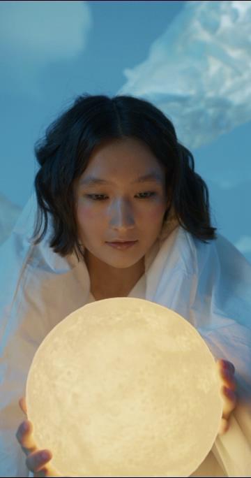 创意抱着一个圆形的灯的女孩竖屏视频