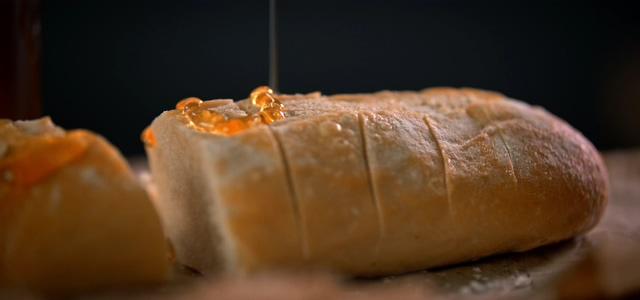 4k滴在面包上的蜂蜜视频素材