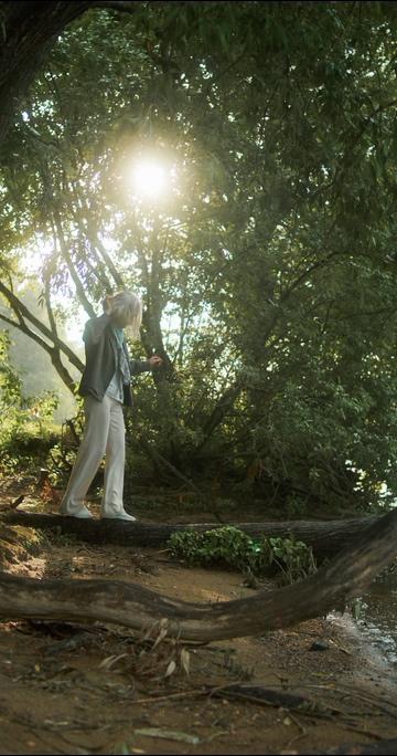 走在古树上的白发女人视频素材