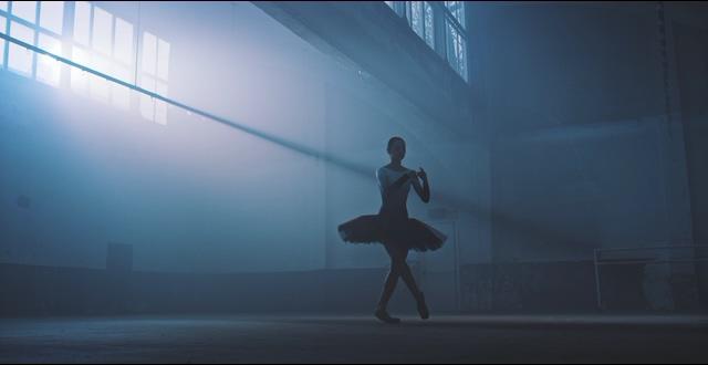 冷色调跳芭蕾舞的女人视频素材