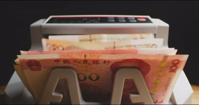 4K人民币从验钞机中翻滚出视频素材