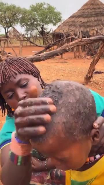 非洲贫穷贫困洗头视频素材
