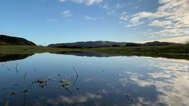 骑行自行车的人在风景里视频