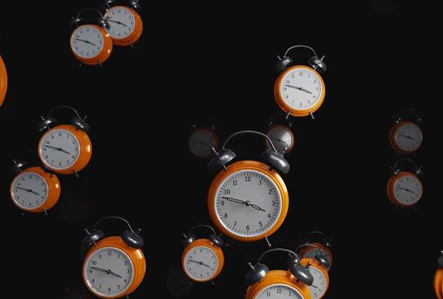 很多钟表向镜头飘过来视频