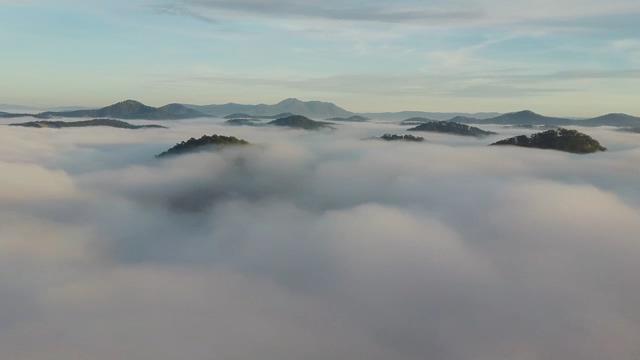 云雾里的山顶山峰视频免费下载