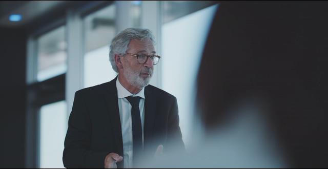 4K商务和白胡子戴眼镜的老人在洽谈视频