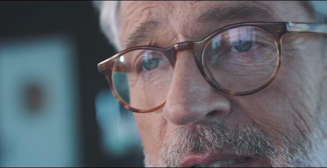 4K戴眼镜留白胡须的商务老年男人视频