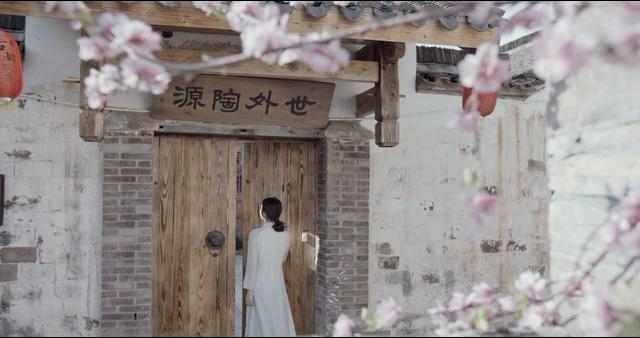 4K女子走进世外桃源的农舍视频