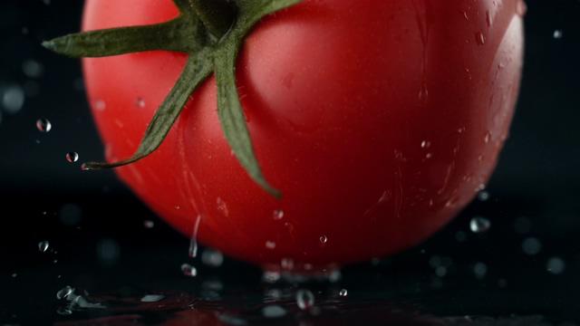 4K一大个西红柿掉落在桌面视频