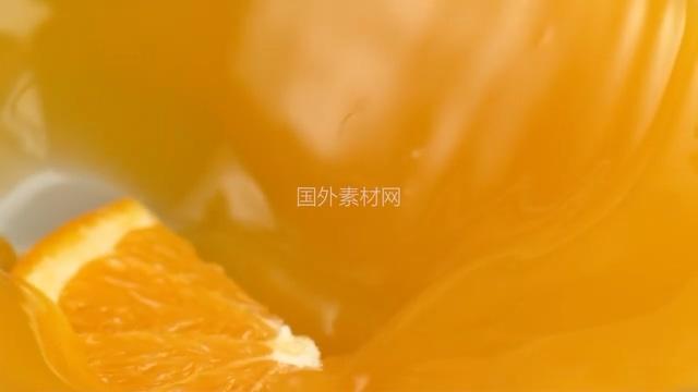 4K一片橙子掉进橙汁里视频素材