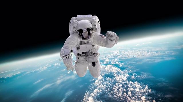 地球表面飞向镜头的宇航员视频