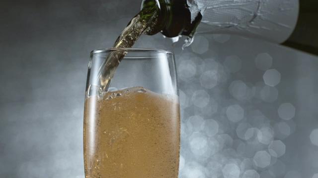 4K向杯子里倒入香槟视频素材