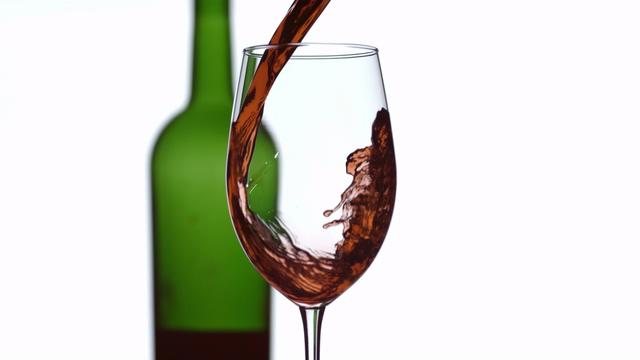白背景向杯子里倒入威士忌洋酒视频素材