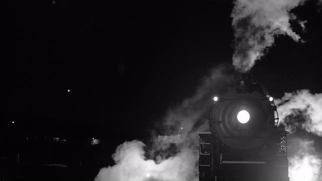 4K铁轨上的蒸汽火车视频素材
